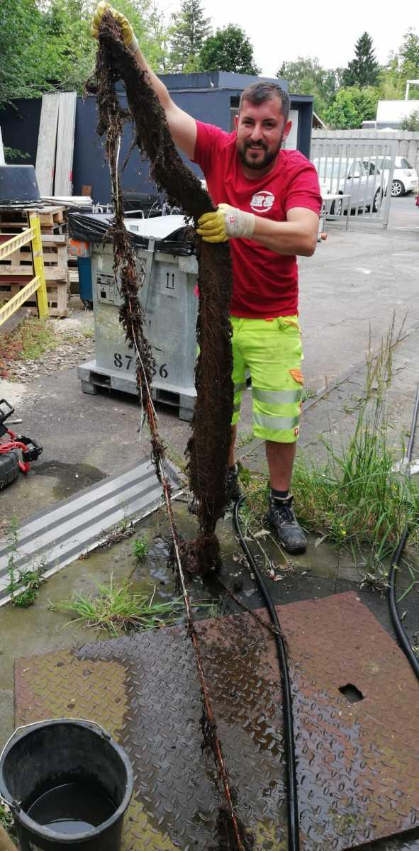 1_Rohrreinigung_mit_einem_Hochdruckspuelwagen_von_einer_wurzeldurchwachsenen_Regenleitung_in_Engelskirchen