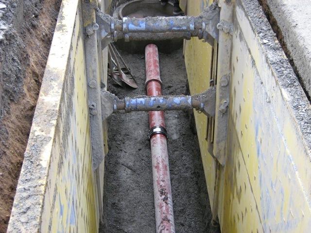 Kanalsanierung_in_offener_Bauweise_mittels_Bagger_und_Verbau_bei_einer_Kanalsanierungsmaßnahme_in_Lindlar